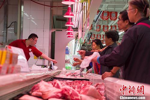 资料图:民众购买猪肉。 <a target=