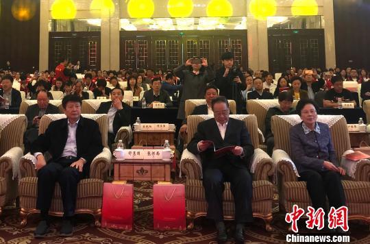 图为张怀西(右二)、舒惠国(左一)、黄晴宜(右一)出席论坛开幕式。 崔佳明 摄