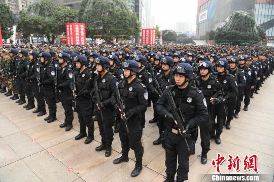 图为启动仪式上的特警方队。 陈超 摄