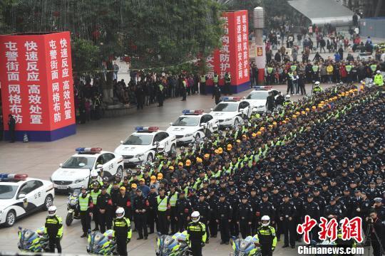 图为警方启动全市社会面大巡防现场。 陈超 摄