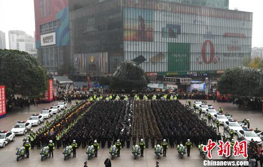 图为全市社会面大巡防启动仪式现场。 陈超 摄